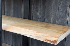 Libreria in legno di pioppo effetto grezzo sostenuta da montanti in ferro pieno da 1 cm. Particolare porta mensole realizzato con barra filettata