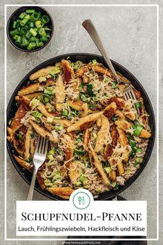 Wenn es in der Küche wieder einmal schnell gehen muss, ist diese Schupfnudelpfanne mit Lauch, Frühlingszwiebeln, Hackfleisch und Käse einfach ideal! Das Rezept ist super einfach und geht sehr schnell! Paella, Lunch, Dinner, Ethnic Recipes, Food, Leek Recipes, Super Simple, Fast Recipes, Food Dinners