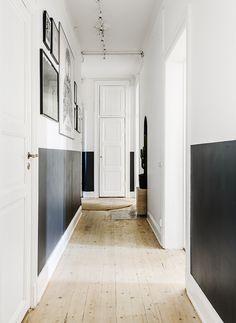 An exemplary Scandinavian decoration - - Hallway Decorating, Interior Decorating, Interior Design, Hallway Paint, Rental Space, Long Hallway, Metal Clock, Metal Wall Decor, Decoration
