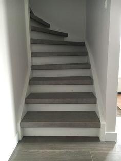 Wij verzorgen ook complete traprenovaties. Voor deze traprenovatie is gekozen voor overzettreden in betonlook Stairway Lighting, House Stairs, Staircases, Attic, Flooring, Diy, Design, Home Decor, Houses