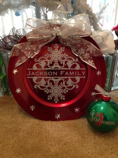 Made with my silhouette personalized family name charger. Cricut Christmas Ideas, Christmas Vinyl, Family Christmas Gifts, Christmas Plates, Simple Christmas, Christmas Bulbs, Charger Plate Crafts, Charger Plates, Christmas Gift Exchange