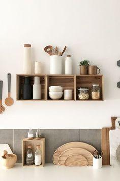 Die liebe Carina vonWohngoldstückverzaubert uns auf ihrem Blog mit einem traumhaften Zuhause imskandinavischen Stil,tollenDIYsund ein bisschen was von ihrer LieblingsstadtHamburg. In unserem Interview mit ihr könnt Ihr mehr erfahren. #wohnklamotte Loft Design, Küchen Design, Tile Design, Cute Kitchen, Kitchen Decor, Kitchen Tiles, Kitchen Cabinets Models, Diy Tisch, Kitchen Ornaments
