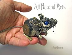 Artist Uses Old Watch Parts To Craft Tiny Intricate Steampunk Sculptures Art + Graphics Steampunk Artwork, Style Steampunk, Steampunk Fashion, Steampunk Bedroom, Steampunk Fairy, Steampunk Clothing, Old Watches, Antique Watches, Pocket Watches