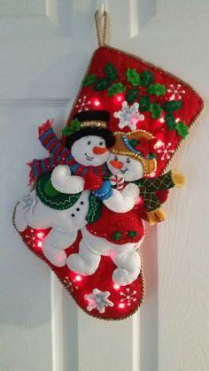 Snuggle sentía media copo de nieve con luces Cross Stitch Christmas Stockings, Christmas Applique, Felt Christmas Ornaments, Christmas Projects, Handmade Christmas, Holiday Crafts, Vintage Christmas, Christmas Holidays, Christmas Wreaths