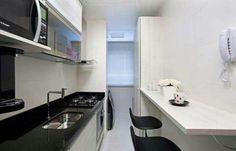Cozinha. A maior parte dos apartamentos que tenho visto tem essa cozinha estreita. Gosto dessa. Sem muito detalhe é. O armários fechados.  Se em cima da pia for um escorredor de louças com prato corta-pingos,  daí é o melhor dos mundos.