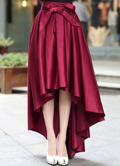 Красная атласная юбка с поясом и асимметричным подолом