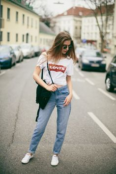 Blusa, t-shirt branca com estampa de logo Levi´s, mom jans, tênis branco