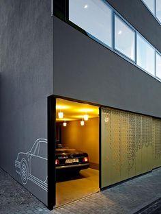 Wohnkubus in Altstadtlage: Vergoldetes Gitter vor dem Eingang