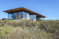 """Guest House / 3370 Studio Completed in 2019 in Los Vilos Chile. Images by Piero Mangiamarchi. The """"Guest House"""" consists of three independent glazed volumes and a technical volume joined by a large ventilated roof. The separation of the. Amazing Architecture, Architecture Details, Tiny House, Save For House, Journal Du Design, Roof Trusses, Unusual Homes, Prefab Homes, Built Environment"""