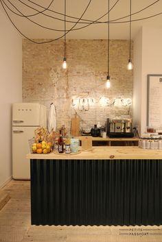 Cuisine inspiration industrielle, mur de briques, suspensions, bar | Industrial style Kitchen , brick wall, pendant Light, island