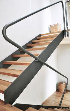schodnicové schodiště, zábradí, pěkný grafitový nátěr na zámečnických konstrukcích..