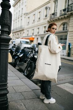 WWD's Kuba Dabrowski captured the best street style winter outfits from Paris Fashion Week Fall/Winter Cool Street Fashion, Paris Fashion, Fashion Bags, Street Style, Women's Fashion, Diy Tote Bag, Big Bags, Fashion Tips For Women, Cloth Bags