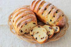 """ふっくらレーズンが美味しいレーズンクルミパン - はじめてでも簡単♪あいりおーの""""毎日つくりたくなる""""おうちパン レシピブログ -料理ブログのレシピ満載! Pastry And Bakery, Bread And Pastries, Japanese Bread, Bread Toast, Bread Pizza, Whole Wheat Pancakes, Sweet Buns, Tea Cakes, Japanese Recipes"""