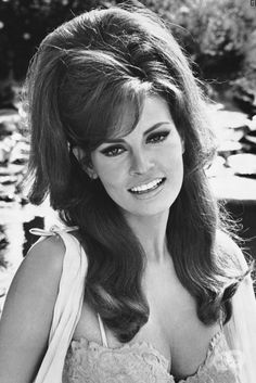 Hairdressing year 60 man & woman – back to the retro - Mode et Beaute Raquel Welch, 1960 Hairstyles, Vintage Hairstyles, Prom Hairstyles, Hair Images, Hair Pictures, Hairstyles Pictures, 1960s Hair, Chef D Oeuvre