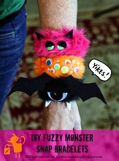 DIY Cute Fuzzy Monster Snap Bracelets Kids would love making these with you, or just have them on hand for treats or prizes. Halloween Beads, Holidays Halloween, Halloween Crafts, Happy Halloween, Halloween Decorations, Halloween Party, Kids Holidays, Halloween Sewing, Halloween Inspo