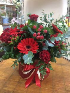 Awesome Flower Garland - Pinious [dot] com Christmas Flower Arrangements, Christmas Flowers, Flower Garlands, Flower Decorations, Floral Arrangements, Christmas Decorations, Arte Floral, Flower Boxes, Flower Bouquet Wedding