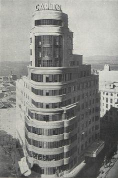 Foto Madrid, Streamline Moderne, Constructivism, Building Art, Interesting Buildings, Architecture Old, Geometric Art, Willis Tower, Scenery