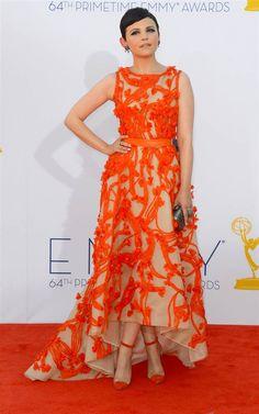 Ginnifer Goodwin is wearing Monique Lhuillier. Her bag is Ferragamo. (Photo: Frazer Harrison / Getty Images) #Emmys