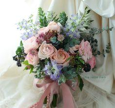 ホテル椿山荘東京様へ、とてもおしゃれな花嫁様と花婿様。 若手アシスタントさんが言うには ブーケをお届けしたら、そのかっこいいご新郎様が... Beautiful Flower Arrangements, Beautiful Flowers, Flower Bouquet Wedding, Flower Bouquets, Corsage, Floral Wreath, Wreaths, Bridal, Garden