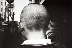 이상하게 불안한 위치에서 부유하는 뒤통수 Daido Moriyama - Street, Tokyo, Japan, 1981