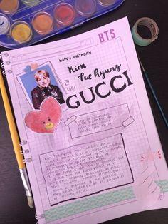 Este es una idea de K-POP journal en español, que lo hice porque hay muchos en inglés y lo decidí hacerlo Art Journal Pages, Bullet Journal Ideas Pages, Bullet Journal Inspiration, Bullet Journal Notes, Bullet Journal Aesthetic, Letras Cool, Bts Book, Kpop Diy, Bts Drawings