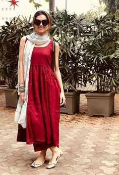 Plain red kurti styled with a contrasting dupatta Casual Indian Fashion, Indian Fashion Dresses, Dress Indian Style, Indian Designer Outfits, Indian Outfits, Fashion Outfits, Plain Kurti Designs, Simple Kurti Designs, Stylish Dress Designs