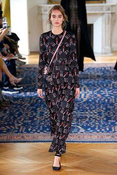 Pierpaolo chamou a estilista e designer de estampas britânica Zandra Rhodes, ícone dos anos 70, pra criar as estampas
