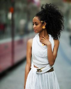 Ethiopian Dress, like the outfit looks comfortable. Ethiopian Beauty, Ethiopian Dress, Beauty Book, Hair Beauty, Beautiful Black Women, Beautiful People, Ethiopian Wedding, Curly Hair Styles, Natural Hair Styles