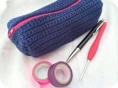 Este estojo encontrei no Facebook Crochet Omaimah Nusairat
