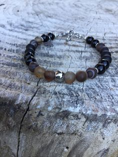 Agata striata opaca onice nera e perla centrale in acciaio ,raffinato,chic ed elegante.Realizzato da Nath stone jewelry