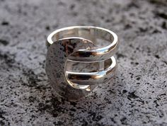 Silver ring with threads and hammered effect