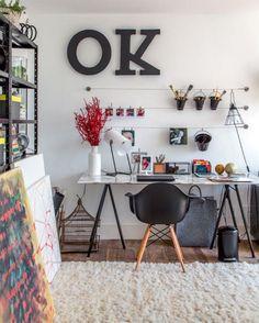 Chão, tapete, mesa e cadeira