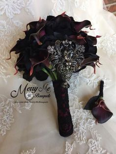 Gothic wedding bouquet with black silk roses and dark Plum calla lilies and a statement brooch. Perfect Wedding, Fall Wedding, Our Wedding, Dream Wedding, Halloween Wedding Flowers, Halloween Weddings, Geek Wedding, Halloween 2019, Wedding Vows