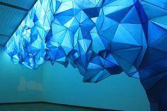 What Lies Beneath, preciosa instalación de celulosa y grapas, obra de la artista neozelandesa Gabby O'Connor.