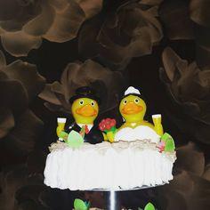 Un amor ��  es patolavida ���� eso pensaron �� Antonio y Lucía, ya que para celebrar✌��✌ ese momento ☺tan especial confiaron en nosotros para su tarta �� ��¿Qué te parece la idea?�� Tus ������ detalles de ����boda��  también disponibles en ����www.nastideplasty.com���� ��Fotografía de @jomaizca2000  #wedding #tarta #tbs #celebrate #nastiplasty #nastideplasty #bodas #patitos #regalosmolones #regalosoriginales #regalos #donbenito #sunday #novios #amor #love #groom #bride…