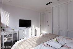 外推、加大的主臥空間,規劃出L型的衣櫃與收納量體。