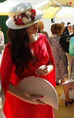 Jessica, invitada boda con look rojo, canotier desmontable y bolso abanico by malonsilla