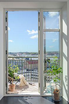 Helglasade dörrar öppnar upp till balkongen