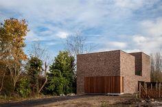 Knap ontwerp, combinatie van baksteen en houten gevelbekleding (lamellen) en verschillende volumes (met verschillende hoogte).
