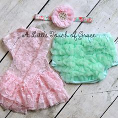 This mint bloomer 3PC set includes one mint cotton ruffle butt bloomer,a floral & pink baby headband and a pair of lt pink lace leggings. The