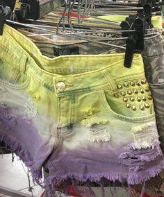 Arara com shorts de #tecido e #jeans para todos os estilos. Venham conhecer na e garimpar lindas peças.  #brechócamarimtododianovidade  #brecho.