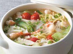 えびと野菜の煮込み麺   野菜がたっぷり入って、まるでサラダのような一品です。さっぱりした味わいで、締めの料理にもってこいですよ。