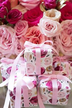 (A través de CASA REINAL) >>>> Fresh, floral gift wrap for spring events. ♥ The Rose Garden ♥