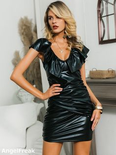 V Neck Dress, Dress P, Dress Outfits, Bodycon Dress, Fashion News, High Fashion, Elegantes Outfit, Leather Dresses, Latex Fashion