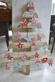 Fabulous Pallets wood Tree Projects For Happy Christmas Slim Christmas Tree, Pallet Christmas Tree, Alternative Christmas Tree, Noel Christmas, Rustic Christmas, All Things Christmas, Handmade Christmas, Pallet Tree, Diy Pallet