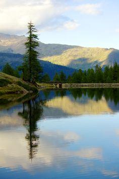 RIFUGIO CANZIANI (2560m) | SNOWCAMPITALY | il Rifugio Canziani si specchia nel suggestivo Lago Verde (2529m) che deve il suo colore smeraldo, così come l'intero gruppo lacustre a cui appartiene, ad un particolare tipo di alga, l'unica che sopravvive nelle acque gelide d'alta quota. L'effetto è decisamente sorprendente, e le composizioni che si creano sono delle vere e proprie opere d'arte. snowcamp.it