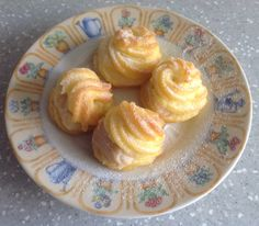 Cream puff, served with your choice of banana cream or custard cream.