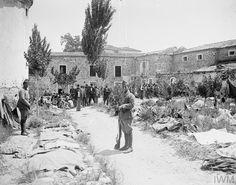 Turkish prisoners in Turkish prison yard in Smyrna. Ottoman Turks, Greek Warrior, British Soldier, Military History, World War, Istanbul, Cool Photos, Greece, Old Things