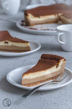 Rezept für einen Käsekuchen der von einem unserer Lieblingsdesserts inspiriert ist – Tiramisu. Damit ist dieses leckere Kuchen ein Highlight auf jeder Kuchentafel! #tiramisu #käsekuchen #rezept #kaffee #kuchen #backen