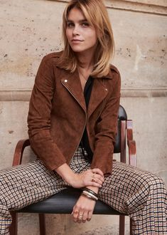 Slow Fashion, Autumn Fashion, Shoulder Length Hair With Bangs, Color Type, 70s Hair, Lob Haircut, Work Chic, Clothing Photography, Brown Jacket